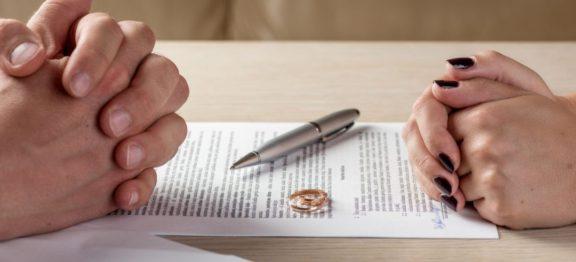 Rozwód z orzekaniem o winie – jakie konsekwencje to za sobą niesie?